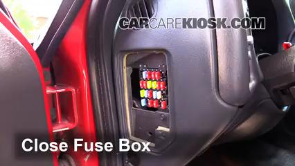 Ubicación de caja de fusibles interior en Chevrolet S10 ...